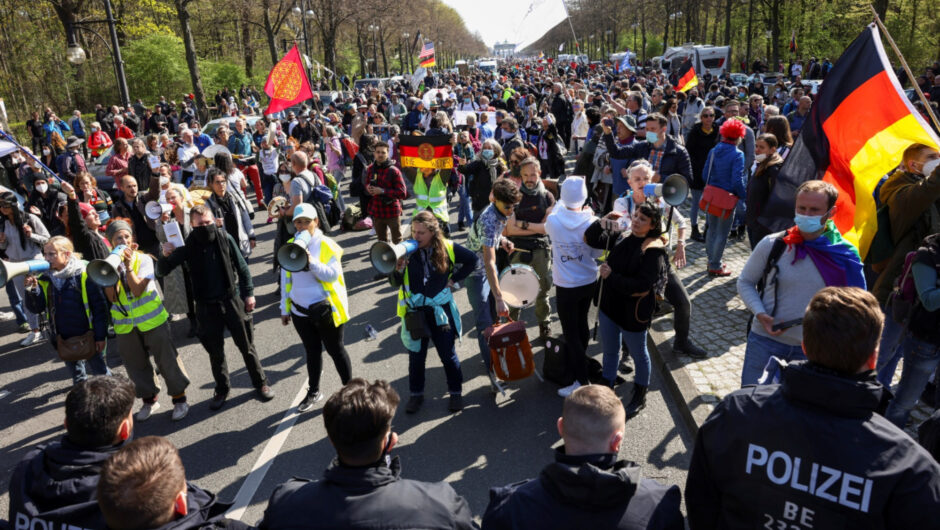 Hundreds rally against German COVID-19 lockdown law